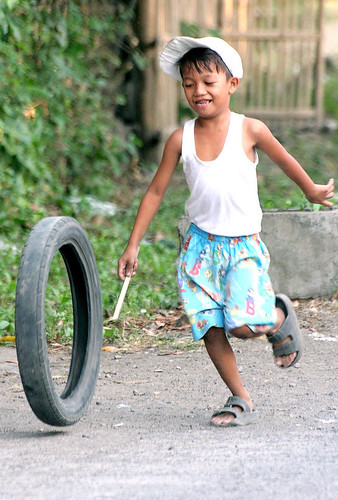 batangas boy playing with a tire Pinoy Filipino Pilipino Buhay  people pictures photos life Philippinen  菲律宾  菲律賓  필리핀(공화국) Philippines
