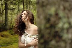 [フリー画像] 人物, 女性, 森林, 目を閉じる, 201108080100