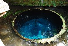 飲料水の湧水地:このまま飛び込んでしまいたいほどのディープブルー!