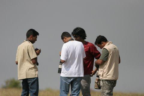 anush, arvind sainath, shivakumar..comparing photographs 091107 mydenahalli