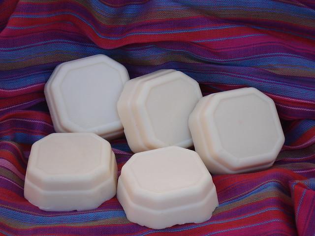Jabón elaborado con aceite de almendras, leche de almendras y cera de abejas. El aceite de almendras es un aceite vegetal que proviene de las almendras