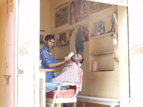 Barbero en la India en plena faena