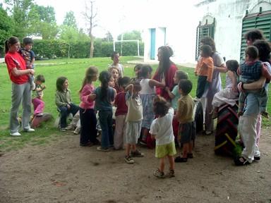 Reina y 2da. Princesa junto con los chicos del Centro de Apoyo al Niño y la Familia