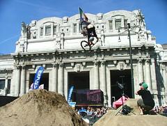 Nose dive (umbo plasticphoto) Tags: urban italy milan darren bike nose jump perfect nissan milano dive style 360 dirt mtb trick stazione challenge centrale pokoj qashqai