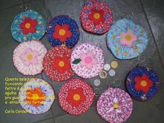 porta- moedas fuxico (Carla Cordeiro) Tags: handmade feitomo boto fuxico feltro patchwork  chaveiro portamoedas floresdetecido linhaeagulha agulhaelinha