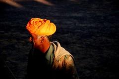 .Orange. ([Charlotte]ThePhilosopher) Tags: christmas portrait orange india man ombra uomo ritratto viaggio vacanze arancione deserto natale2007 24dicembre2007