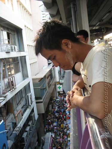 Đứng xem lễ hội Songkran trên trạm xe Skytrain tại trạm Sala Deang, khu Silom