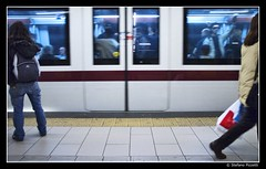 Faccia da killer (Stefano Pizzetti) Tags: italy rome roma station train italia doors metro passengers undergroundsandsubways desafiourbano walkbyshootings altraroma stefanopizzetti metropolitanametro