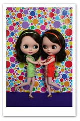 Sisters (erregiro) Tags: animals sisters doll colours twin save pop blythe custom pili mili 60 sixties gemelas hermanas sesenta asil erregiro