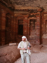 Our guide Ra'ed, inside the temple (Makz) Tags: architecture petra jordan guide jd5