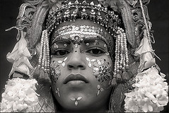 Kalou or Sita ? (Elishams) Tags: portrait india festival kids indian traditional goddess culture varanasi sita dharamsala benares northindia uttarpradesh ramnagar ramlila indedunord svarup adornement onephotoweeklycontest