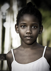 Timide | Shy (Erick Loitiere) Tags: fab portrait girl beautiful canon eos child sad searchthebest outdoor flash shy cayenne triste erick blackpeople 5d enfant extrieur fille creole jardinbotanique crole guyane canonef85mmf18 mlancolie gravit 973 frenchguiana timide 430ex top20peoplephotos 25faves speelight anawesomeshot photomaniac aplusphoto superbmasterpiece diamondclassphotographer flickrdiamond excellentphotographerawards flickrelite 97300 msportrait betterthangood loitiere jesuisvenuvousdire erickloitiere ricoliki
