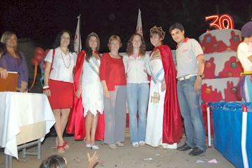 Analía Marengo junto a su madre, empleados de EPOKA y la Reina Nacional del Maní