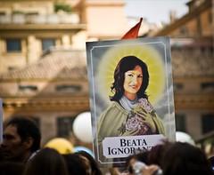 Beata ignoranza (Grazia D'Addabbo) Tags: roma canon beata zizi manifestazione ignoranza eos400d gelmini ilrossononguastamai