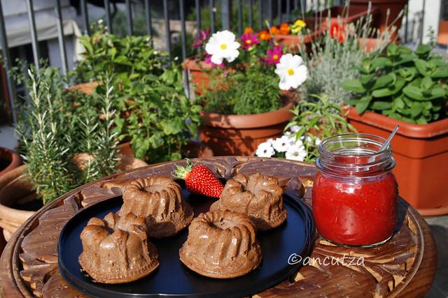 torta alla ricotta e cacao con salsa alle fragole e menta