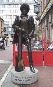Estatua de Phil Lynnot en la Harry St. de Dublín