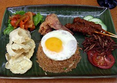 nasi goreng (Satya W) Tags: travel food hotel singapore rice egg satay fried 2007 sate nasigoreng grandplaza emping 200712