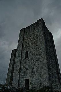 c'est au pied de la tour, que l'on voit le mieux la tour