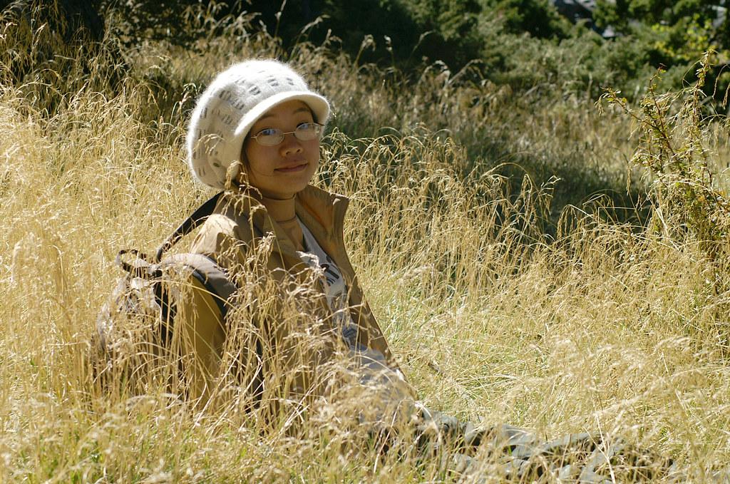 被芒草包圍 一臉幸福貌