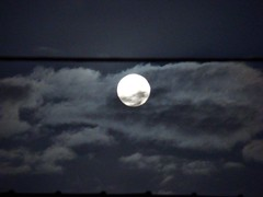 luna llena (shules.) Tags: sky cloud moon night digital noche photo foto sony luna cielo nubes fotografia nube llena h7