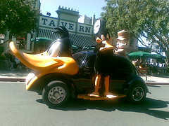 Daffy and Elmer (tomfhaines) Tags: parade queensland daffyduck elmerfudd movieworld tomfhaines
