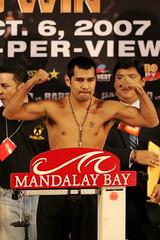 Marco Antonio Barrera (130 lbs.) (everardom) Tags: lasvegas boxer boxing mandalaybay barrera canoneos1dmarkii canonef200mmf18lusm