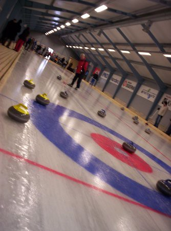 Con las piedras de curling