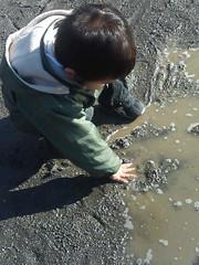 雪解け水で泥遊び