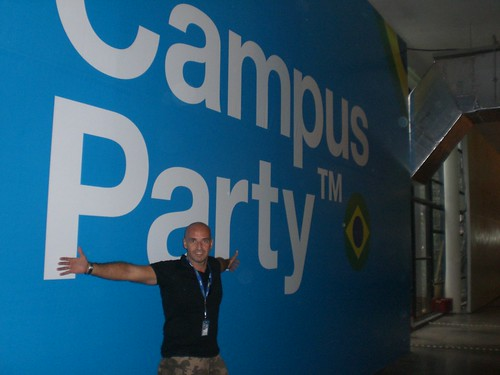Horácio encostado na parede com o logotipo do Campus Party