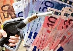 Benzina, Petrolio (rogimmi) Tags: italia euro milano denaro distributore soldi benzina petrolio moneta banconote pompabenzina