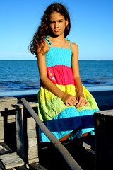 Menina do mar... (Fabiana Velso) Tags: cores mar barco criana menina cor vestido jangada colorido externa sentada duetos frenteafrente vestidocolorido fabianavelso