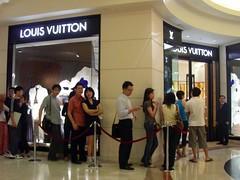 antri lagi, untuk teh marty (Satya W) Tags: travel shop singapore queue lv 2007 louisvuitton ngeeanncity 200712