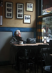 Cafecito (karramarro) Tags: old woman window coffee caf bag ventana bilbao anciana taza bilbo bolso egaa  kanpantxu dmstklafotodeldia