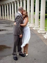 Beso frente a las columnas