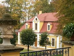 Schloss Neschwitz mit den Parkanlage im französischen Stil mit Pavillons und Springbrunnen