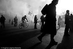 (Hughes Léglise-Bataille) Tags: blackandwhite bw paris france topf25 silhouette backlight topf50 noiretblanc nation protest photojournalism demonstration nocrop manif manifestation 2007 retraite pensions retraites spéciaux régimes