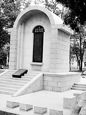 Flickr 上的 图为在南开大学落成的西南联大纪念碑复制品,原版碑文由冯友兰撰写、罗庸手书、闻一多篆刻 相片分享! - 闻一多红烛书画院 - 闻一多红烛书画院