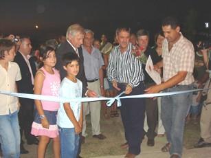 Las autoridades presentes realizan el tradicional corte de cinta