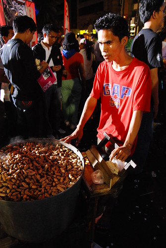 Pinoy Filipino Pilipino Buhay  people pictures photos life Philippinen  菲律宾  菲律賓  필리핀(공화국) Philippines Makati, Metro Manila peanut vendor peddler city