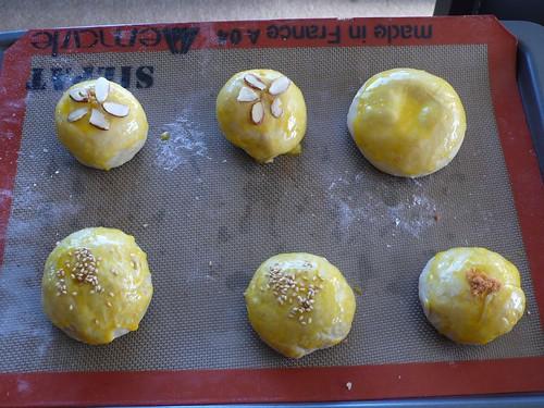 準備進烤箱的各式麵包們