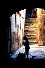SILUETA EN CAZILHAS (PORTUGAL) (ABUELA PINOCHO ) Tags: portugal contraluz casa bravo patio entrada portal silueta nio fachada escaleras pobreza callejon themoulinrouge blueribbonwinner cruzadas supershot tepasaste portalon ltytrx5 anawesomeshot aplusphoto ltytr2 ltytr1 ltytr3 postaisilustradosdeportugal goldenphotographer ysplix a3b theperfectphotographer photosexplore cazilhas