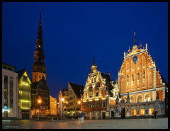 Rtslaukums by night - Riga (Patrick Mayon) Tags: house thanks night please latvia canon350d bluehour nuit riga blackheads townhallsquare lettonie melngalvjunams stpeterchurch placedelhoteldeville melngalvju peterbaznica rtslaukums nogroupinvitationswithimages maisondestetesnoires 19h04