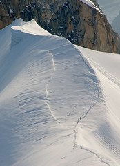 Alpinistes 2 / Climbers 2 (SBA73) Tags: schnee white mountain snow france alps blanco berg alpes nieve frana glacier montaa weiss francia glaciar blanc montblanc muntanya comment neu massif aiguilledumidi glacera alpinistes alpinistas aresta abigfave anawesomeshot quot100 aguilledumid groupquot 100commentgroup
