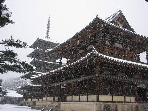 雪の法隆寺