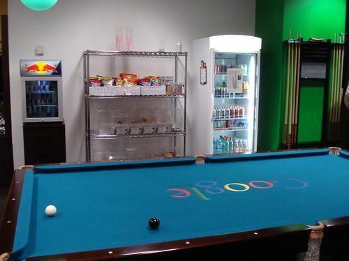 Mesa de bilhar, snacks e drinks - Googleplex. por Patricia Müller.