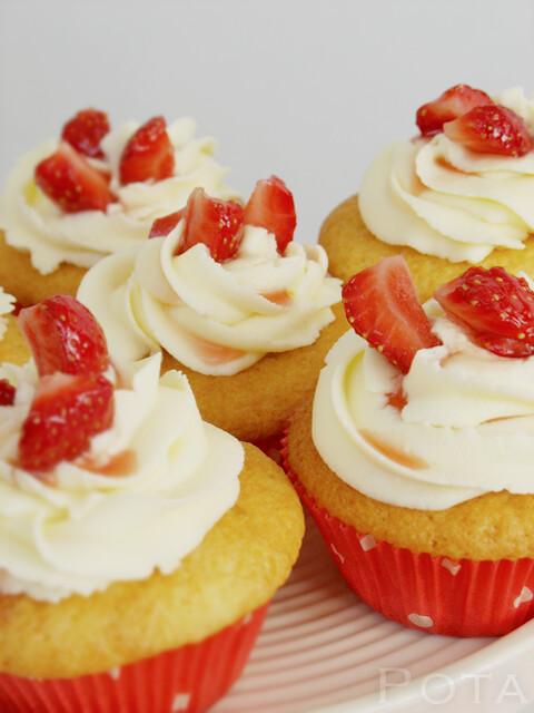 Cupcakes aux fraises et glaçage au mascarpone - Cupcakes sa kremom od maskarponea i prelivom od jagoda