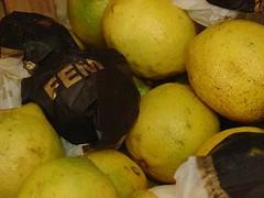 femeneidad ácida (Analía Acerbo Arte) Tags: mujer fruta amarillo papel dorado femenino limones