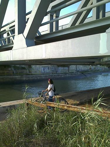 Sob a ponte férrea