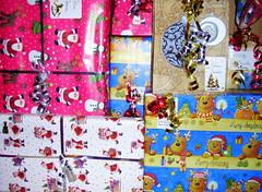 cadeaux de noel (anatoliv73) Tags: christmas children child noel gift enfants papier pere rennes joie cadeaux fetes cadeau lutins bolduc