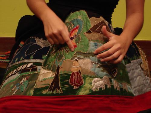 Falda bordada para contar cuentos